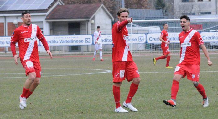 Altinier tra Cuffa e Silvestro esulta dopo il gol nel match d'andata