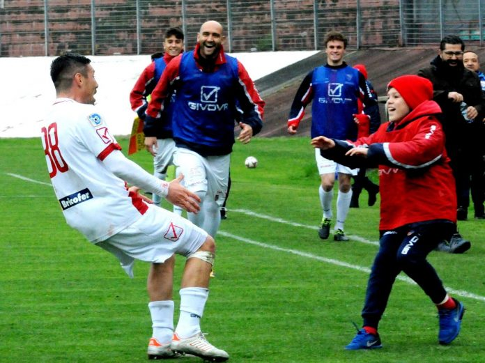 Matias Cuffa corre ad abbracciare il figlio Simone dopo un gol