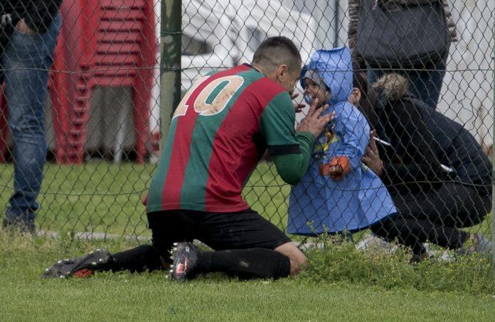 Julian Ginghina festeggia il gol con il figlio