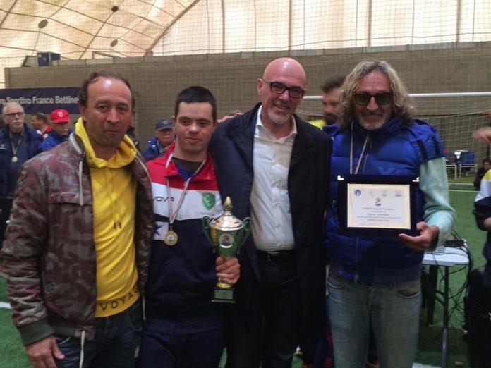 Fabrizio Lori premiato dal dg della Figc Marco Brunelli