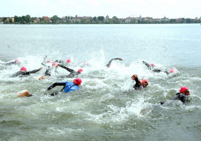Gli atleti si danno battaglia nelle acque del Mincio