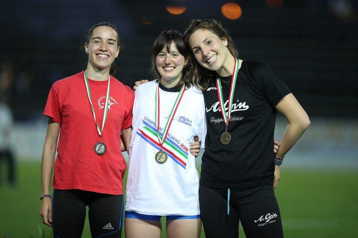 Chiara Bertuzzi (a destra) con la medaglia di bronzo
