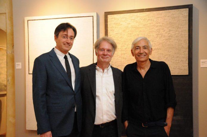 Gli artisti col curatore Alain Chivilò