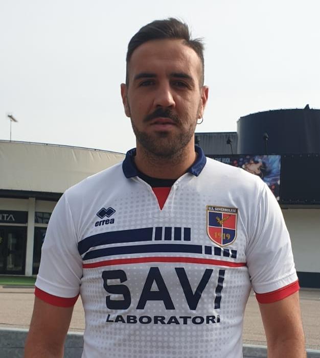 Il portiere Fabrizio Rufo in posa con la maglia della Governolese