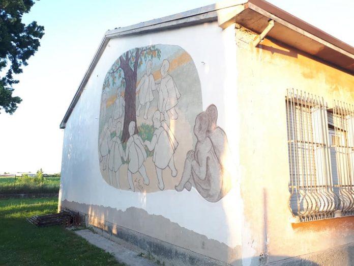 Uno dei graffiti recuperati che decorava uno dei muri esterni della ex scuola materna