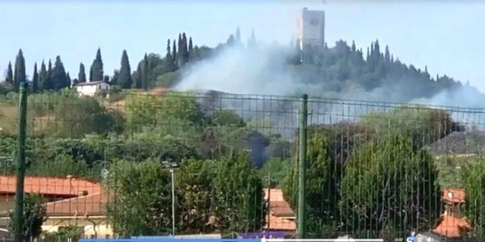 Il fumo dalla collina andata a fuoco