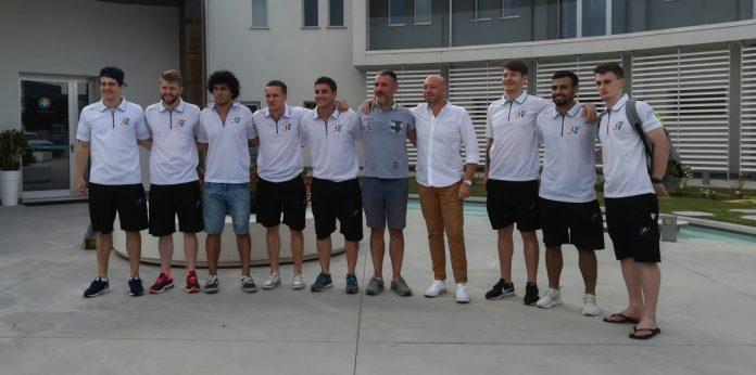 Foto di gruppo davanti al Centro Armonia