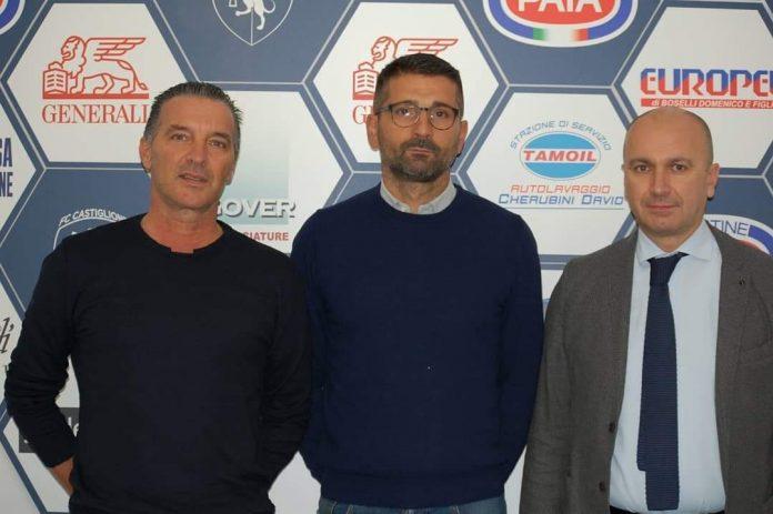 Ivan Pelati tra il vicepresidente Giancarlo Perani e il direttore sportivo Gianluca Manini