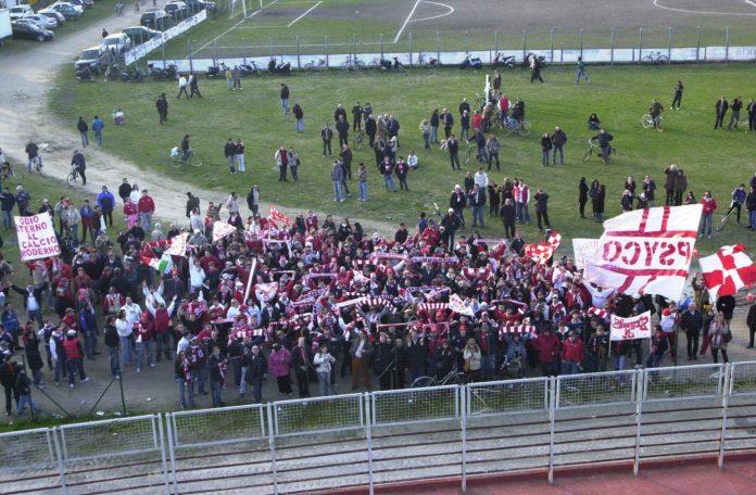 I tifosi fuori dal Martelli durante Mantova-Lecce del febbraio 2007