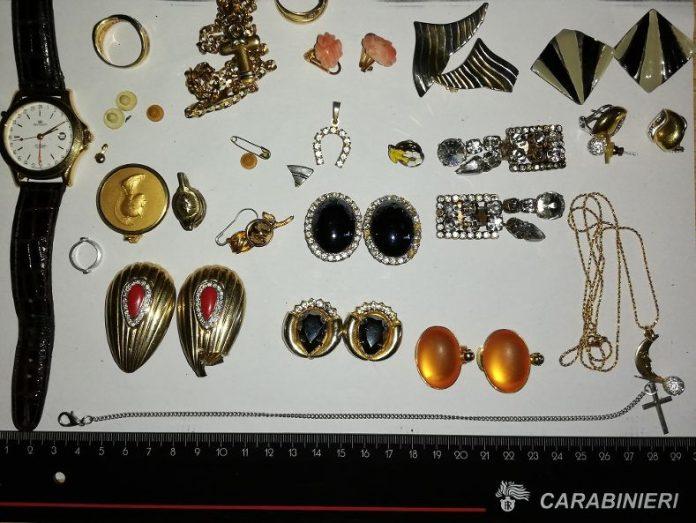 I gioielli trovati in possesso dei tre arrestati