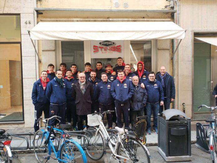 squadra, staff tecnico e dirigenti all'inaugurazione ieri in centro città del nuovo punto vendita Pompea-Stings