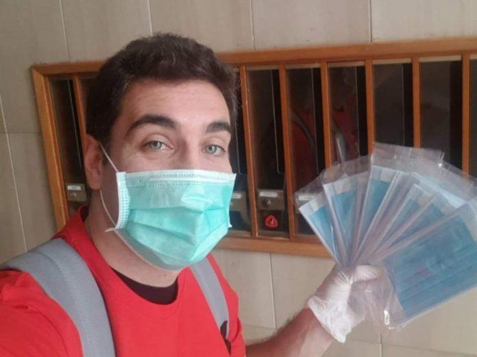 Leleco mentre distribuisce mascherine a domicilio