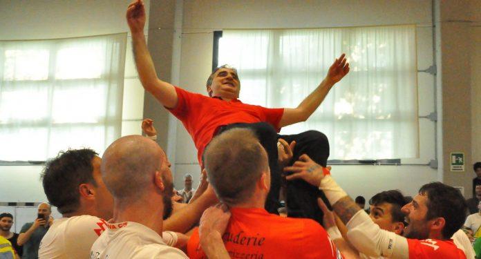 Pino Milella portato in trionfo