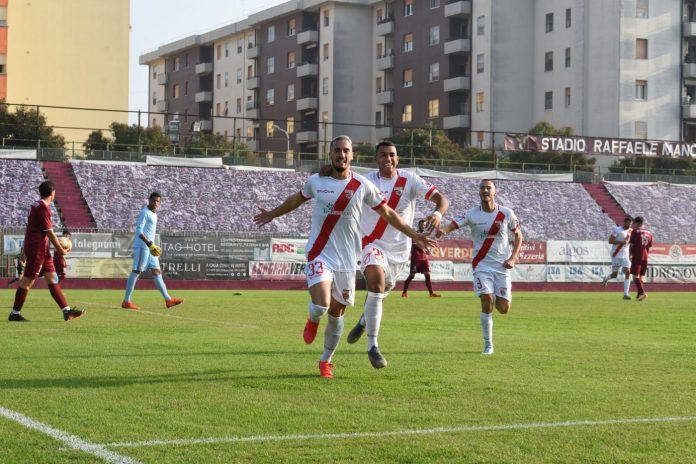 Davide Di Molfetta esulta dopo il gol al Fano