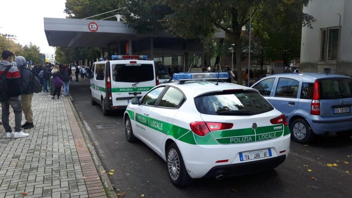 L'arrivo degli agenti della Polizia al passante