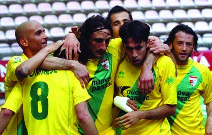 Gli abbracci a Sommese dopo il gol alla Triestina nel 2006