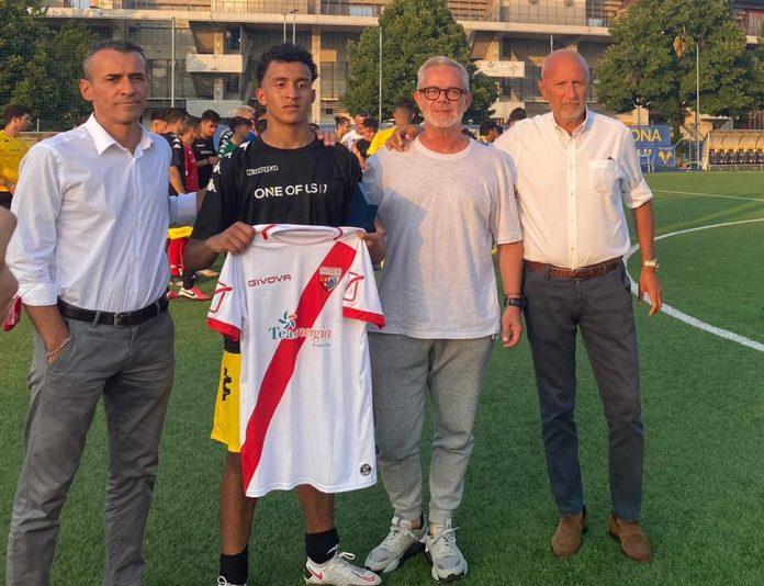 Hicham Ahib in posa con la maglia del Mantova